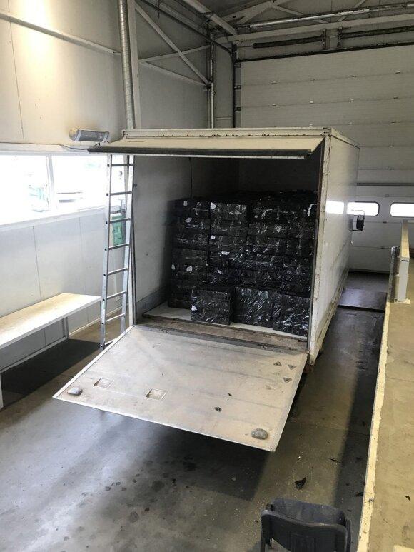 """Raigardo muitininkai """"tuščiame"""" sunkvežimyje aptiko 200 dėžių cigarečių kontrabandos"""