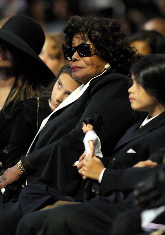 Paris Jackson su močiute