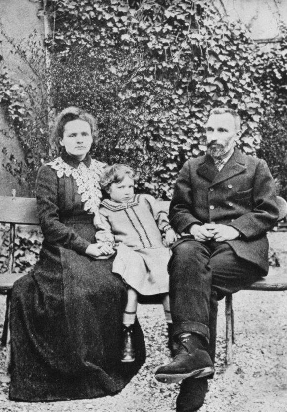 Trys Nobelio premijos laureatai - Marija ir Pierre'as Curie su dukra Irene