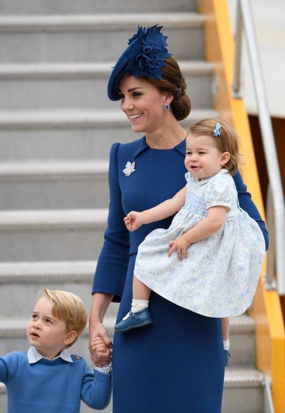 """Pirmosios nuotraukos: karališkoji šeima su vaikais atvyksta į Kanadą <span style=""""color: #ff0000;""""><sup>(FOTO)</sup></span>"""