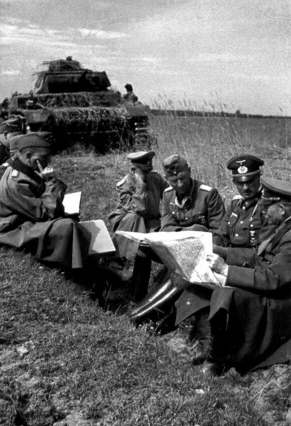 H. Guderianas tariasi su savo grupės junginių vadais. Iš dešinės: H. Guderianas, 17-osios tankų divizijos vadas generolas leitenantas H. J. von Arnimas, 47-ojo motorizuotojo korpuso vadas šarvuočių ir tankų kariuomenės generolas J. Lemelsenas, neidentifik