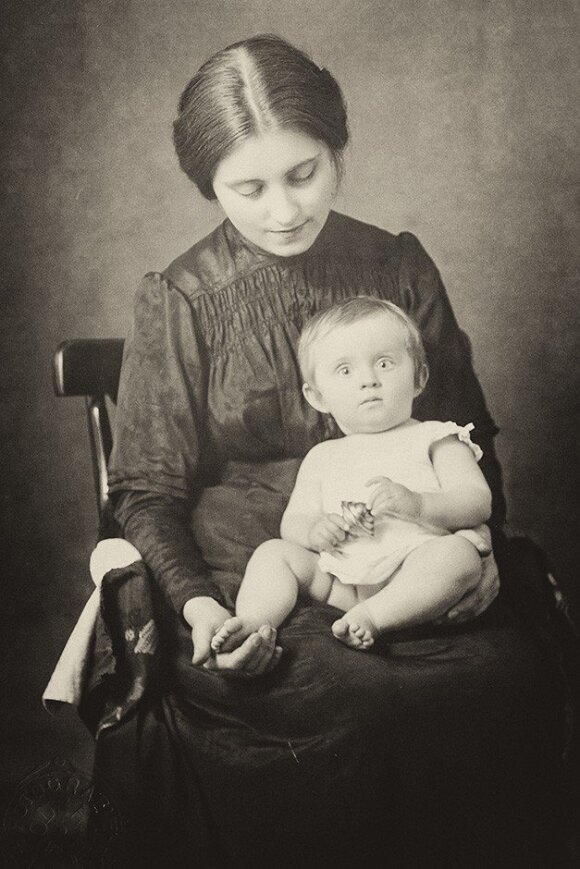 Čiurlionis' wife Sofija and their one-year-old daugher Danutė .  Photo Čiurlionis House Vilnius