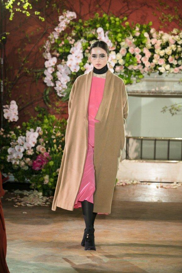 Rudens sezonas pagal dizainerius L. Larionovą ir E. Rainį – spalvingas ir labai moteriškas (FOTO)