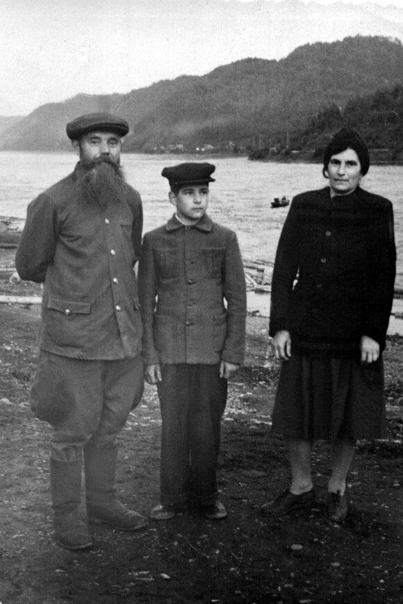 Bagdanavičių šeima tremtyje Sibire Irkutsko srityje prie Angaros upės, 1951 metai.
