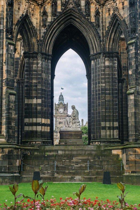 Didžiausias pasaulyje paminklas rašytojui stovi Edinburge ir yra skirtas Walter'iui Scott'ui