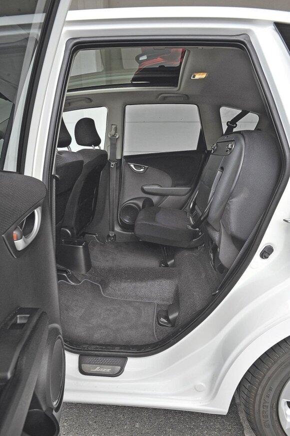 Sėdimąją sėdynės dalį galima pakelti ir tuomet pavyks pervežti, pavyzdžiui, vidutinio dydžio dviratį.