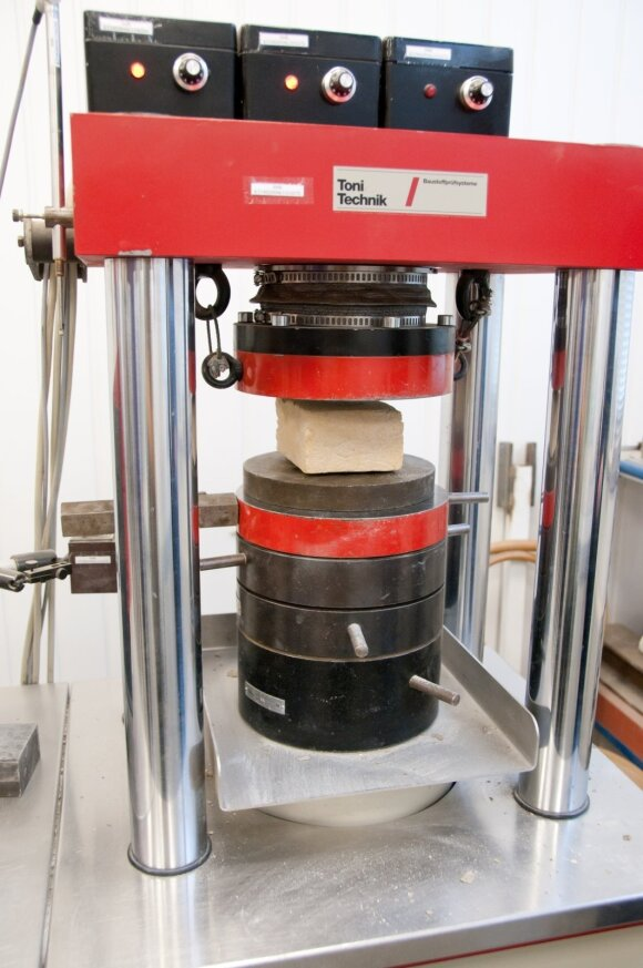 KTU laboratorinė įranga betono gniuždymo tyrimams atlikti