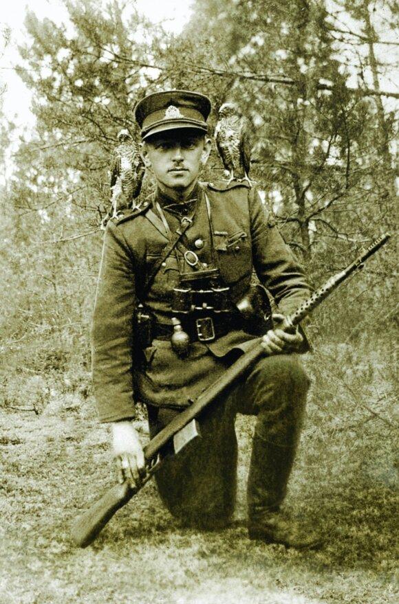 Adolfas Ramanauskas-Vanagas su ant pečių tupinčiais dviem vanagais. Iki 1947 m.