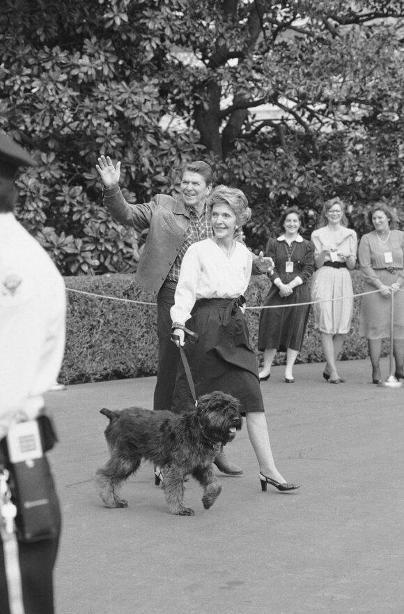 JAV prezidentas Reaganas ir žmona Nancy keliauja link Baltųjų rūmų su augintine Lucky