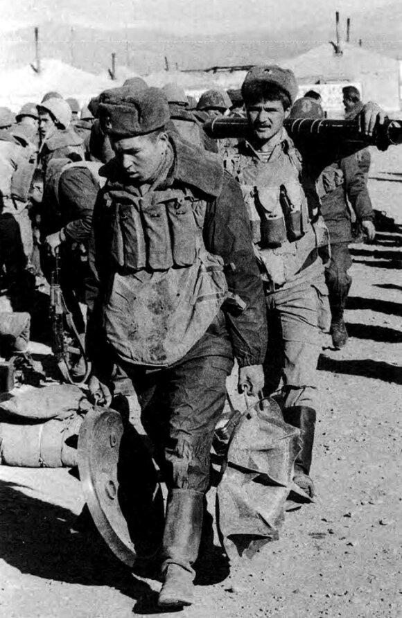 Sovietų kariai nepažįstamame Afganistane