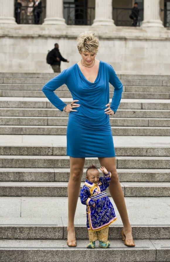 He Pingpingas - mažiausias vyras (74,61 cm)  ir  Svetlana Pankratova - ilgiausių kojų (132 cm) savininke pasaulyje