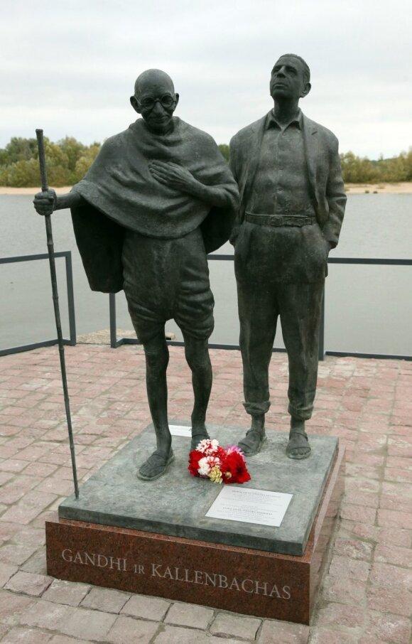 Rusnėje atidengta skulptūra Indijos herojui M.Gandhi ir jo draugui rusniškiui