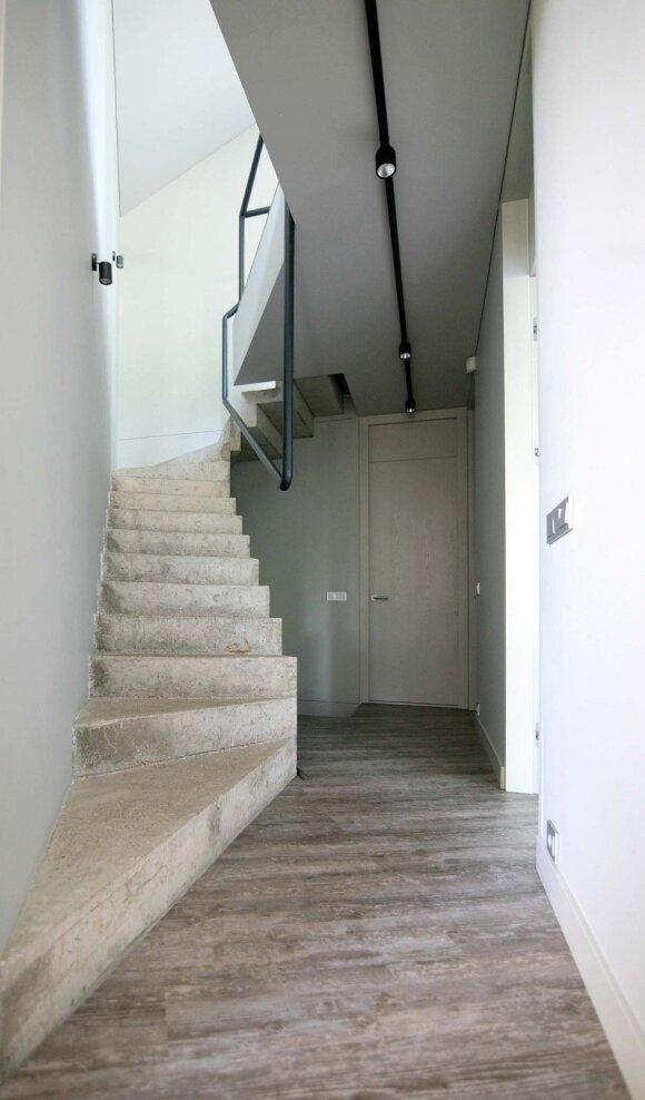 Betoniniai laiptai į antrąjį aukštą – santūraus grožio pavyzdys