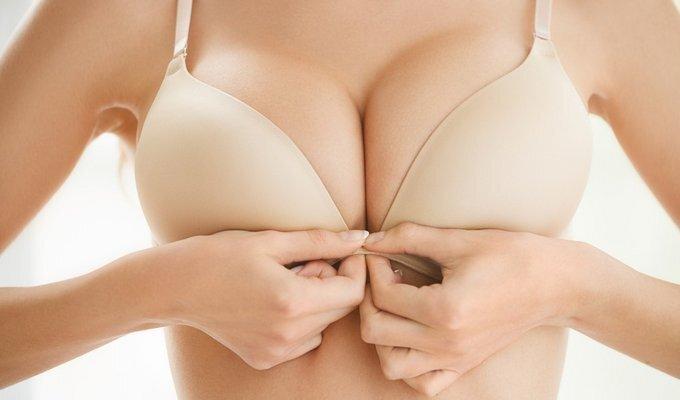 EKSPERIMENTAS: liemenėlėje paslėpta kamera atskleidė, kiek žvilgsnių sulaukia įspūdingos krūtys