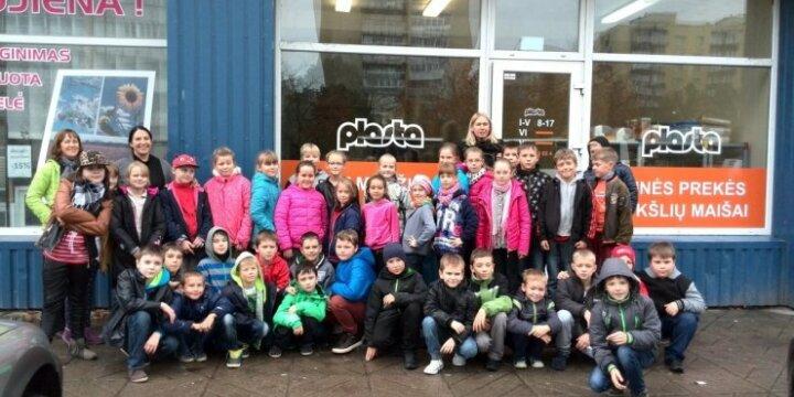 """Šiaulių Joniškio """"Saulės"""" pagrindinės mokyklos mokiniai atvežė 413 kilogramų kamštelių."""