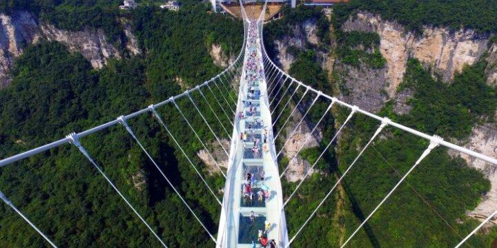 Kinijoje atidarytas ilgiausias pasaulyje stiklinis tiltas