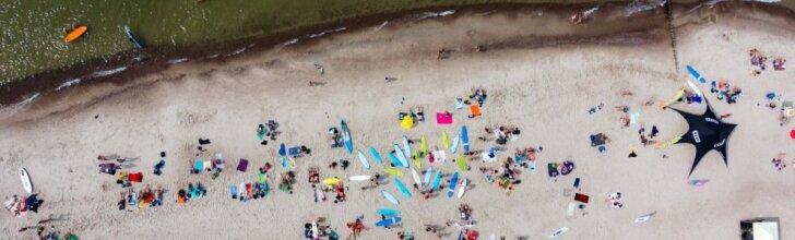 Kerintys Baltijos jūros pakrantės vaizdai: paplūdimyje – havajietiška nuotaika