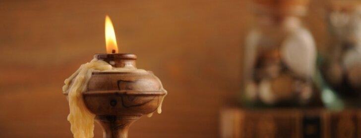 Kaip išvalyti vašku apvarvėjusią žvakidę