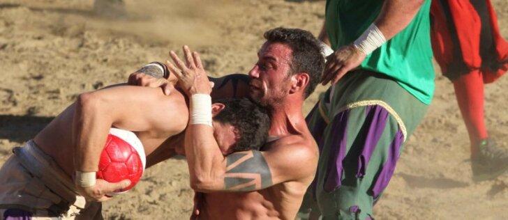 """Žiauriausias sportas žemėje """"Calcio Storico"""": futbolo, bokso ir rankinio mišinys"""