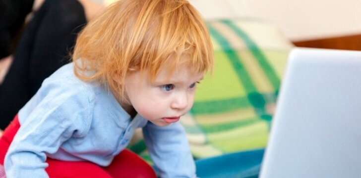 """Kiek laiko prie kompiuterio nekenkia vaikui? <span style=""""color: #ff0000;""""><sup>Apklausa</sup></span>"""