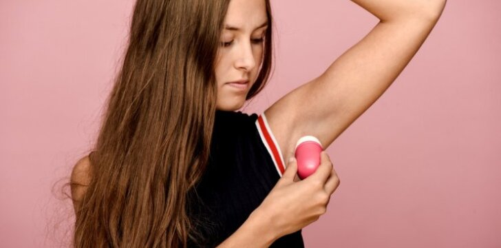 5 tiesos, kurias perskaičiusi dezodorantą pradėsi naudoti rečiau