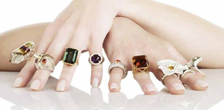 """Ant kokio piršto mūvėti žiedą, kad pritrauktum <span style=""""color: #c00000;"""">meilę ir turtus</span>"""