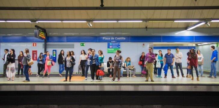 """<span style=""""color: #ff0000;"""">Interneto sensacija</span><span style=""""color: #ff0000;"""">:</span> vyrukas metro stotyje privertė visus šokti ir dainuoti <sup>VIDEO</sup>"""