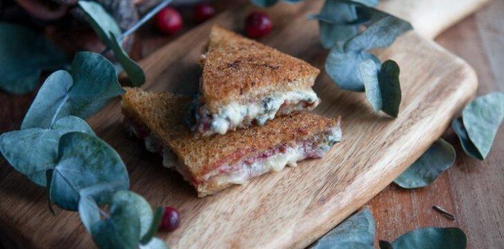 Skrebučiai su mėlynųjų pelėsių sūriu ir spanguolių džemu