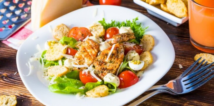 Cezario salotos su vištiena