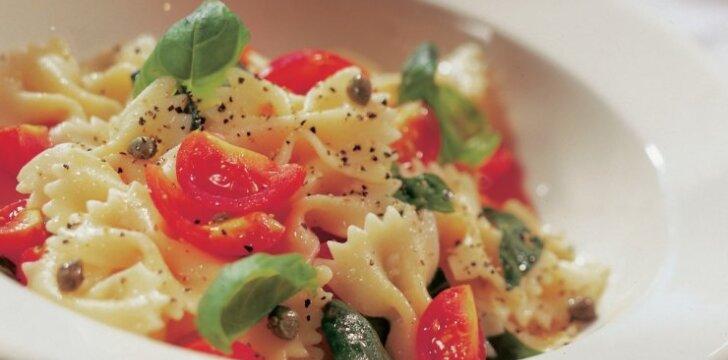 Makaronai su kaparėliais ir pomidorais