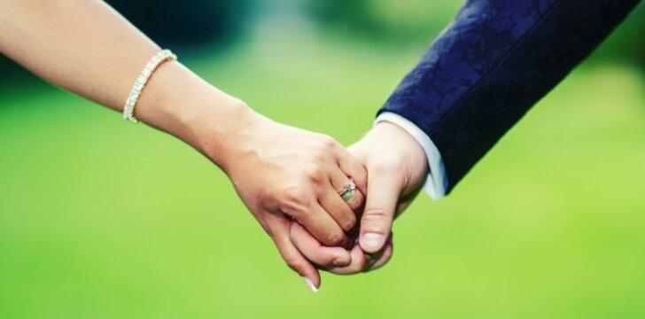 Mokslininkai nustatė, su kokiomis moterimis vyrai nesiskiria