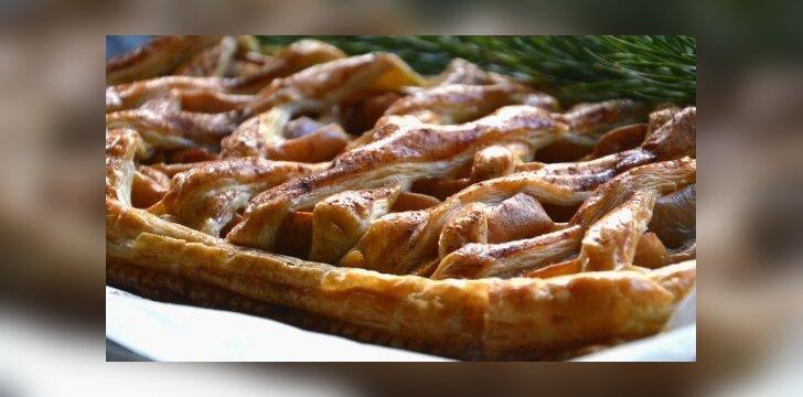 Mielinis pyragas su obuoliais ir bruknių uogiene