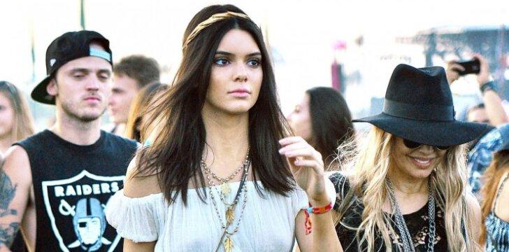 Ruošiamės vasarai: Kendall Jenner plaukų stilistė moko karščiausių šukuosenų (VIDEO)