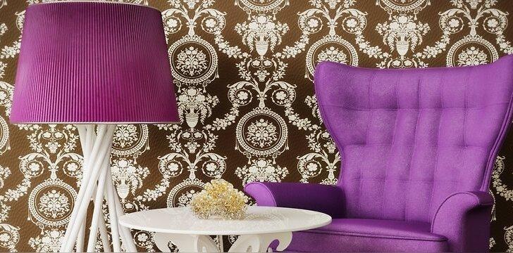 Ruda spalva namuose atrodo nuobodžiai ir niūriai. tačiau pupuriniai akcentai namus atgaivina.