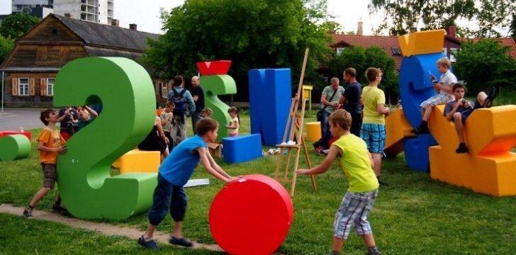 Unikalioje žaidimų aikštelėje vaikai ir žaidžia, ir mokosi