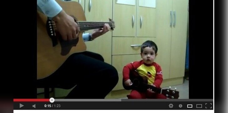 """Dvejų neturintis mažylis dainuoja bitlų dainas <sup style=""""color: #ff0000;"""">video</sup>"""