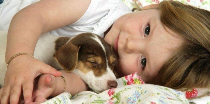 Vaikas nekalba ir nesidomi žaislais: kada sunerimti?