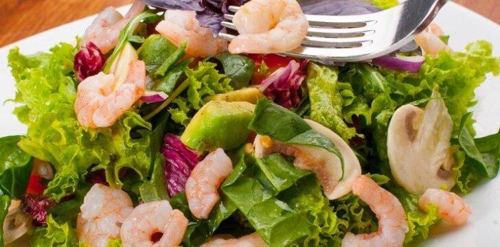 Šiltos salotos su krevetėmis ir baravykais