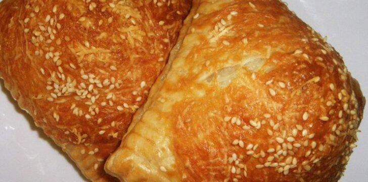 Bemielės sluoksniuotos tešlos pyragėliai su mėsos įdaru