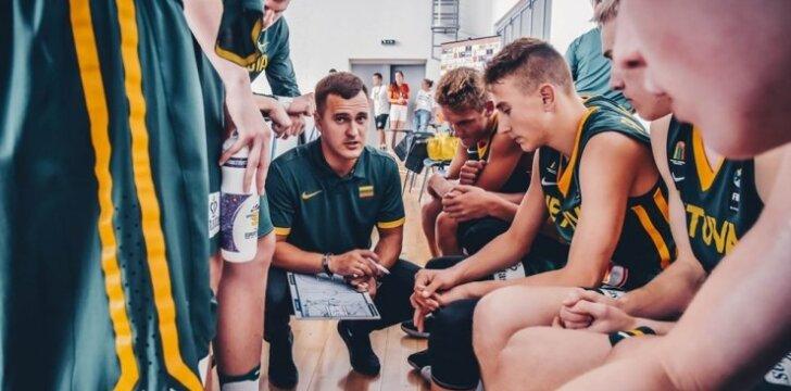 Lietuvos U16 rinktinė, priekyje – vyr. treneris Edvinas Justa