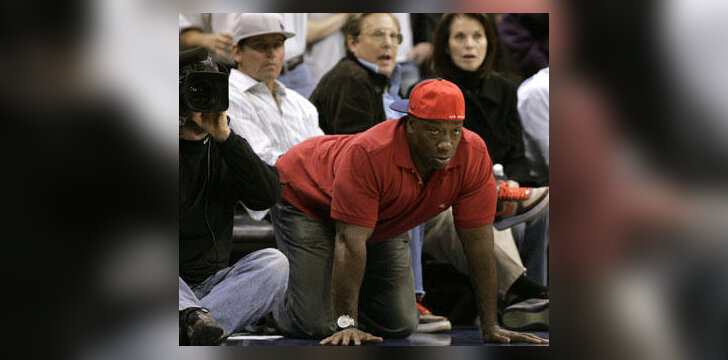 "Aktorius Michaelas Clarkas Duncanas įdėmiai stebi NBA ""Clippers"" ir ""Rockets"" komandų rungtynes"