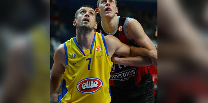 """Nicola Vujčičius (""""Maccabi"""") ir Marijonas Petravičius (""""Lietuvos rytas"""")"""