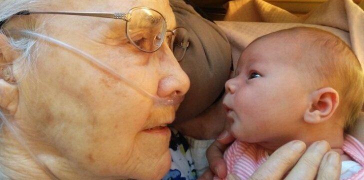 Jaudinantis 92 metų senolės ir kūdikio susitikimas