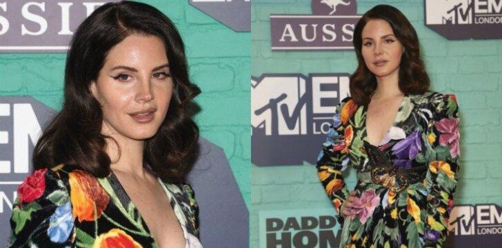"""Retai viešumoje pasirodanti Lana del Rey suglumino """"bobutišku"""" stiliumi (FOTO)"""