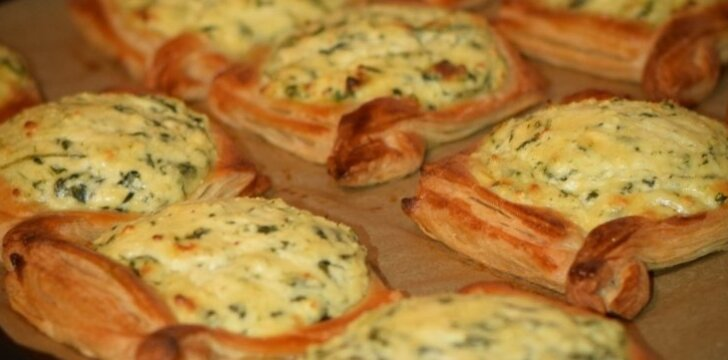 Pyragėliai su sūrio, varškės, špinatų bei česnakų įdaru
