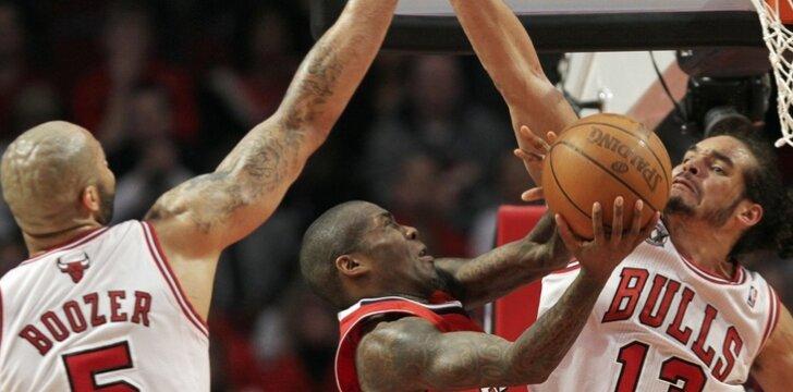 """Jamalas Crawfordas (""""Hawks"""") stringa Carloso Boozerio ir Joakimo Noah (""""Bulls"""") gynyboje"""