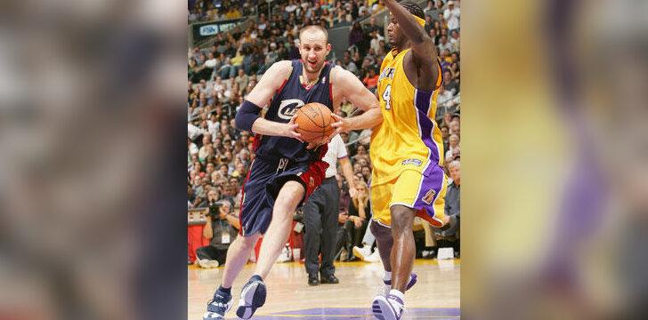 """Žydrūnas Ilgauskas (""""Cavaliers"""") veržiasi pro Kwame Browną (""""Lakers"""")"""