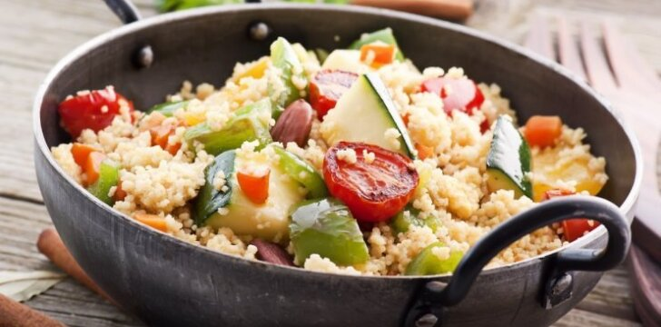 Kuskuso salotos su cukinija ir žuvimi