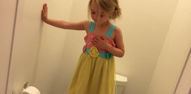 Kodėl ši mergaitė stovi ant klozeto: priežastis labai liūdna