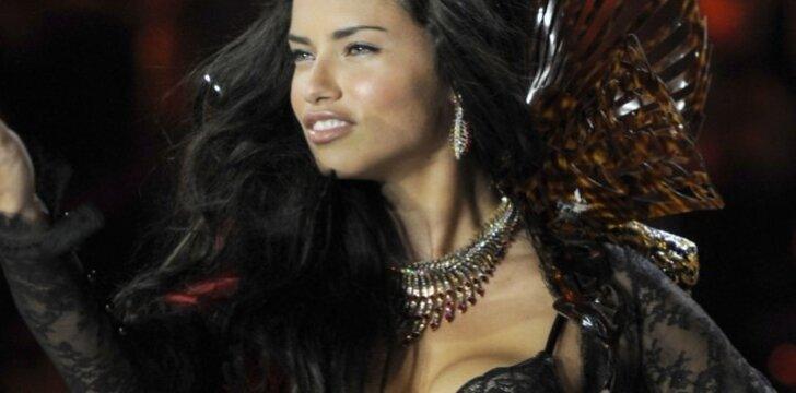 """Victoria's Secret angelas Adriana Lima """"meta"""" dvigubą seksualumo bombą - raudonos ir juodos spalvos komplektėlį."""